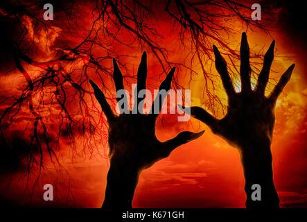 Double exposition main zombie et cloud avec branches séchées,concept halloween Banque D'Images