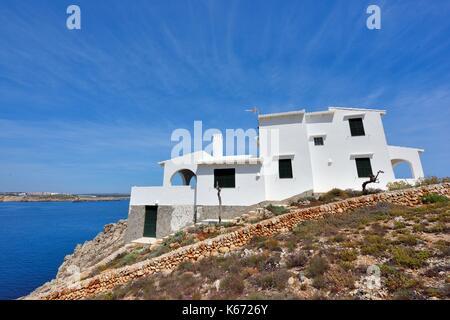 Villa de vacances de luxe sur une colline rocheuse dans Arenal den Castell Minorque Minorque espagne Banque D'Images