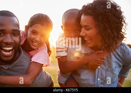 Jeune black couple bénéficiant de temps en famille avec enfants Banque D'Images