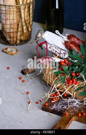 Salami avec du pain frais et du vin. diverses sortes de salami et saucisses fumées dur. antipasti ingrédients. Banque D'Images