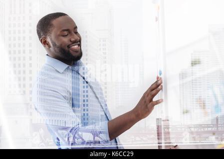 Travailleur intelligent, debout près de l'aimant board Banque D'Images