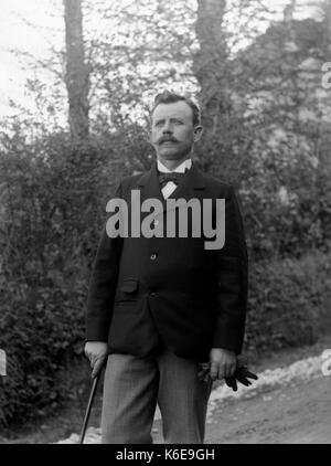 AJAXNETPHOTO. 1891-1910 (environ). SAINT-LO, région Normandie.FRANCE. - L'HOMME habillés avec Bow-tie, veste, CANNE Banque D'Images