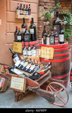 Bouteilles de Vino Nobile, le plus célèbre vin de Montepulciano, à l'affiche à l'extérieur d'un établissement vinicole, Banque D'Images