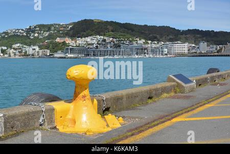 Borne lumineuse jaune sur le front de mer du port de Wellington et le mont Victoria en arrière-plan, en Nouvelle Banque D'Images