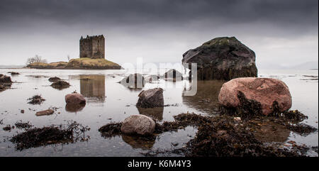 Château de stalker se dresse sur une petite île côtière dans le loch laich à Argyll sur la côte ouest des Highlands Banque D'Images