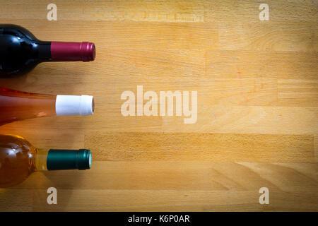 Des bouteilles de vin sur une table en bois Banque D'Images