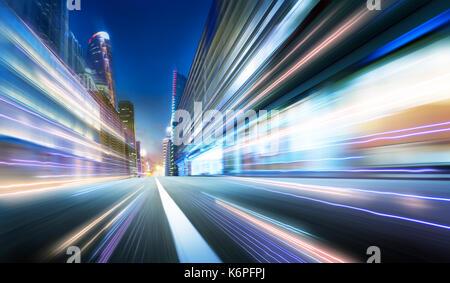 Aller de l'avant avec l'arrière-plan flou ,sentiers de lumière de scène de nuit . Banque D'Images