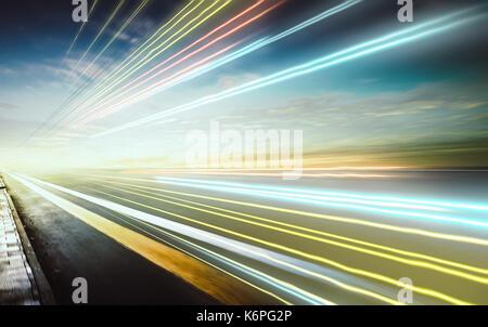 Aller de l'avant avec l'arrière-plan flou light trails ,soir scène . Banque D'Images