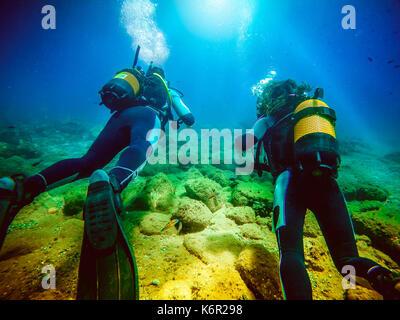 Un couple de plongeurs faire de la plongée au fond de la mer Banque D'Images