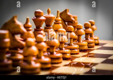 Ensemble de pièces d'échecs blancs sur le bord de près.