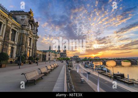 Coucher du soleil sur les toits de la ville de Dresde à elbe et Augustus pont, Dresden, Allemagne Banque D'Images