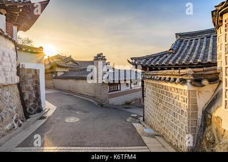 Lever du soleil sur les toits de la ville de Séoul au village de Bukchon Hanok, Séoul, Corée du Sud Banque D'Images