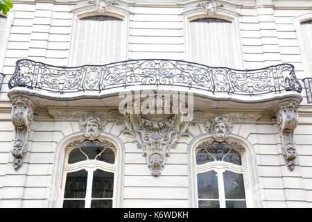 Paris, France: bâtiments typiquement parisien au coeur du Paris historique, l'avenue Montaigne