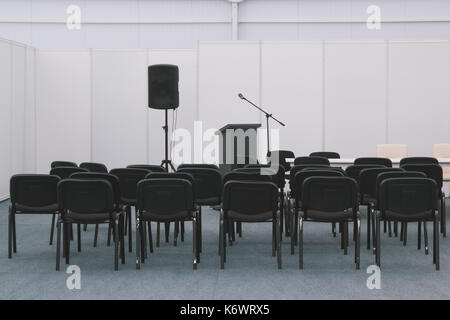 Beaucoup de chaises dans la salle de réunion ou de conférences Banque D'Images
