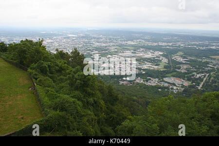 Regardant vers le bas plus de Chattanooga, Tennessee de dessus en un jour brumeux Banque D'Images
