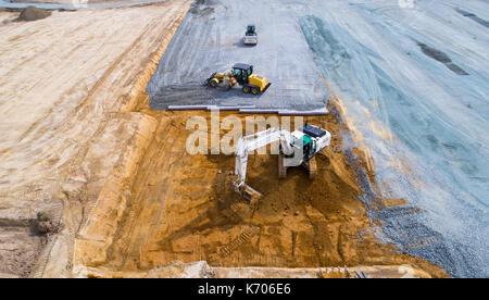Une vue aérienne de camions et de bulldozers sur un chantier de construction à Treillières, France Banque D'Images