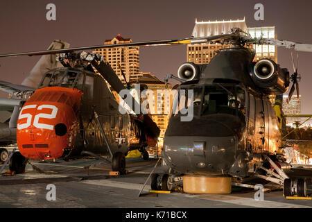 Des hélicoptères sur le pont de l'USS Midway Banque D'Images