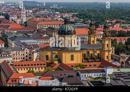 Rues de la région de Munich avec theatine church, une vue de la Frauenkirche Banque D'Images