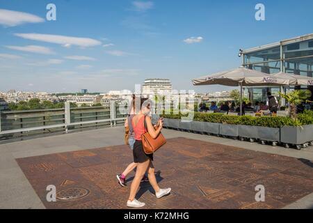 France, Paris, terrasse de l'Institut du Monde Arabe, conçu par les architectes Jean Nouvel et Architecture-Studio1, Banque D'Images