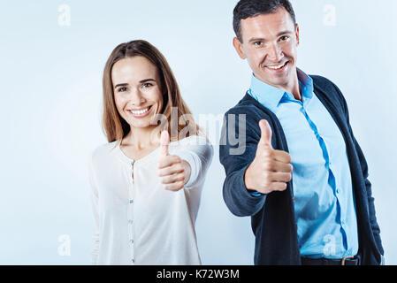 Les gens joyeux faisant jusqu'à huis clos Banque D'Images