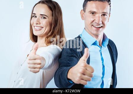 Satisfait la femme et l'homme montrant super sign Banque D'Images