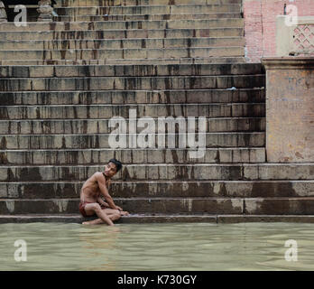 Varanasi, Inde - Jul 12, 2015. Un jeune homme bain sur le Gange à Varanasi, Inde. varanasi, également connu sous Banque D'Images