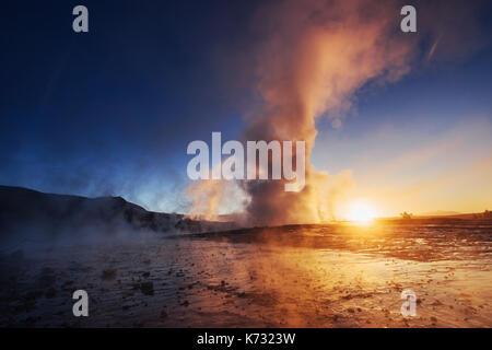 Les geysers en Islande. kolory fantastique.turysty regarder la beauté du monde Banque D'Images