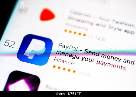 Paypal app sur l'app store d'Apple, les services bancaires en ligne, l'affichage sur un écran de votre téléphone Banque D'Images