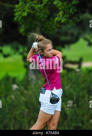 Adolescent enfant Junior jouer au golf en Angleterre