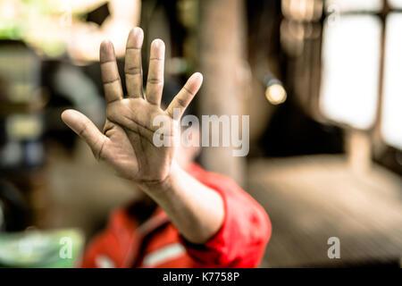 Arrêter d'abuser de la violence enfant garçon. bondage dans l'angle droit , la Journée des droits de l'concept. Banque D'Images