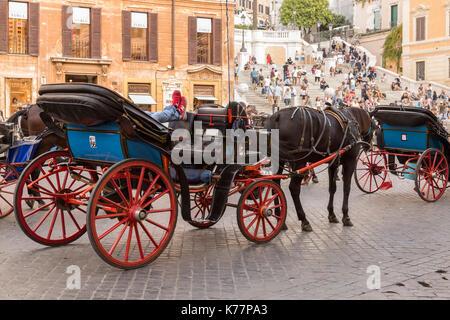 Dans son chariot Coachman reposant au pied de la place d'Espagne, à Rome en Italie. Banque D'Images