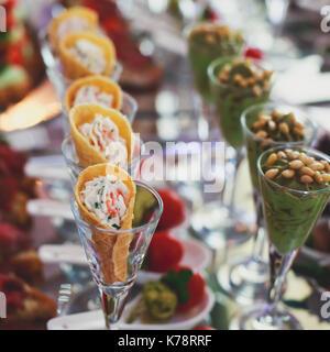 Table de banquet Restauration magnifiquement décorée avec des collations et des hors-d'aliments différents sur la Banque D'Images