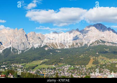 Cortina D'Ampezzo est une belle station de montagne dans l'arrière-plan avec une vue magnifique sur la montagne, Banque D'Images