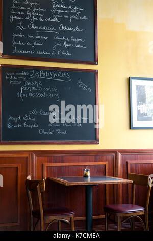 Café Français menu sur un tableau noir. liste des fromages, viandes, desserts écrit en français. style bistrot. Banque D'Images