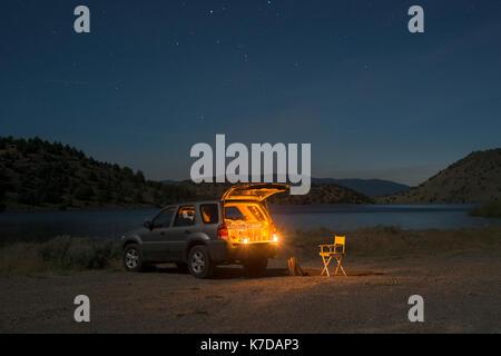 Véhicule utilitaire sport stationné à terre par Lake Shastina contre le ciel pendant la nuit Banque D'Images