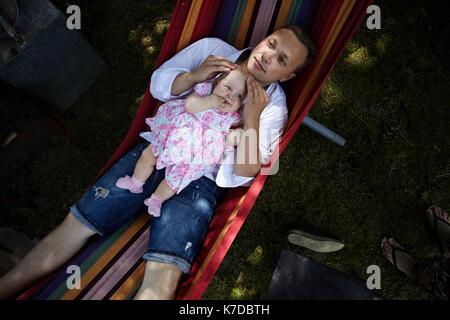 Vue de dessus de père en fille relaxing in hammock Banque D'Images