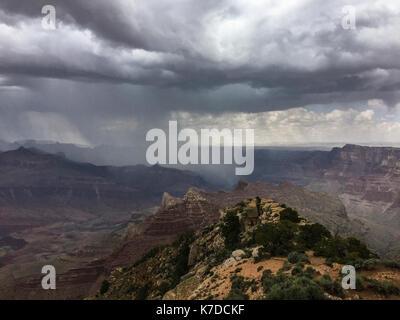 Nuages de tempête de pluie sur Grand Canyon Banque D'Images