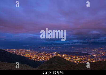 Paysage urbain aérien de la ville de Quito la nuit après le coucher du soleil avec une longue exposition vue du Banque D'Images