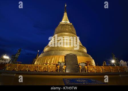 Prière à Wat Saket (le mont d'or) à Bangkok, Thaïlande Banque D'Images