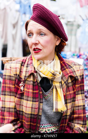 En Angleterre, Chatham Dockyard. Événement, hommage aux années 40. Dame d'âge moyen en 1940, les vêtements. Close Banque D'Images