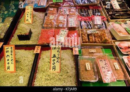 Kyoto, Japon - 17 mai 2017: les crevettes et une variété de fruits de mer en vente sur le marché Nishiki Banque D'Images