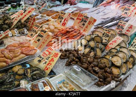 Kyoto, Japon - 17 mai 2017: variété de fruits de mer en vente sur le marché Nishiki Banque D'Images