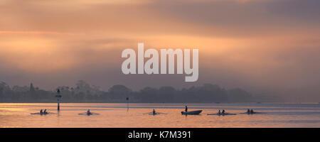 L'université d'un club d'aviron sur la rivière Swan au lever du soleil. Banque D'Images
