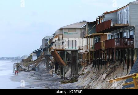 16 septembre 2017- sud Ponte Vedra Beach, Florida, United States - les gens à pied la plage passé beachfront homes Banque D'Images