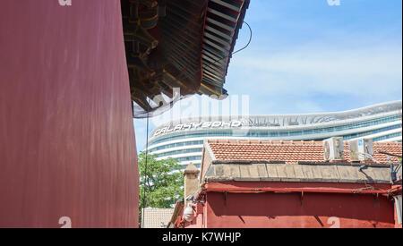 Contraste entre l'ancienne et moderne du temple Zhihua renforcement de Soho à Beijing, en Chine, où montré de grands Banque D'Images
