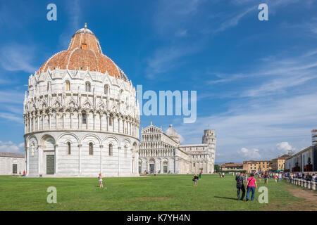 La célèbre Piazza dei Miracoli de Pise, toscane. la construction de la cathédrale a été commencé en 1064. Banque D'Images