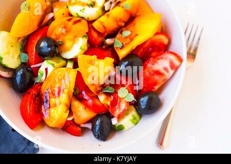Des légumes sains salade avec tomates, concombres, oignons et olives Banque D'Images