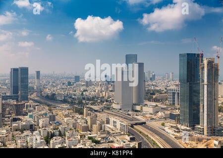 Tel aviv skyline at sunny summer day / Tel aviv cityscape en plein jour, nouveau site et aylon gratte-ciel semi Banque D'Images