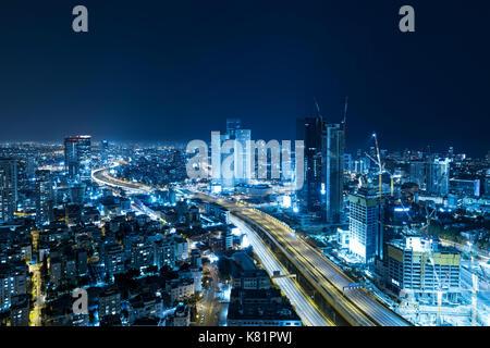 Tel aviv skyline at night, gratte-ciel et l'autoroute ayalon - tonique en bleu Banque D'Images