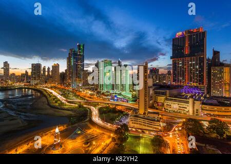 Ville illuminée au crépuscule, Panama, Panama, Amérique Centrale